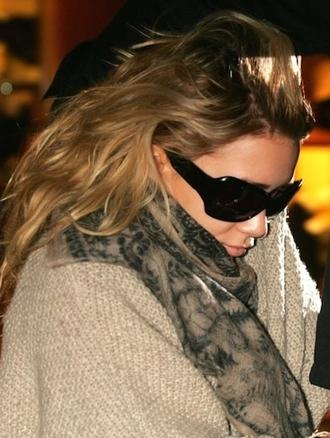olsen sisters blogger sunglasses printed scarf scarf