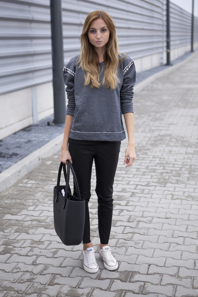 Outfits With Coral Pants Grey Tennis Shoes