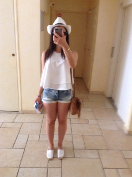 hat shorts sunglasses rayban top tank top bag denim shorts wayfarer leather bag brown bag High waisted shorts denim white top zara white tank top panama fringed bag