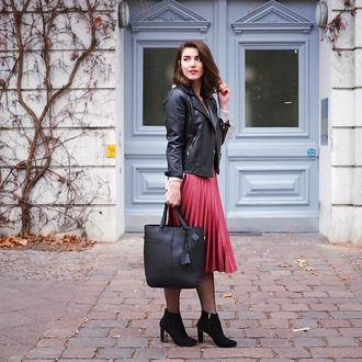 samieze blogger skirt sweater bag jacket shoes black leather jacket pleated skirt black bag midi skirt ankle boots