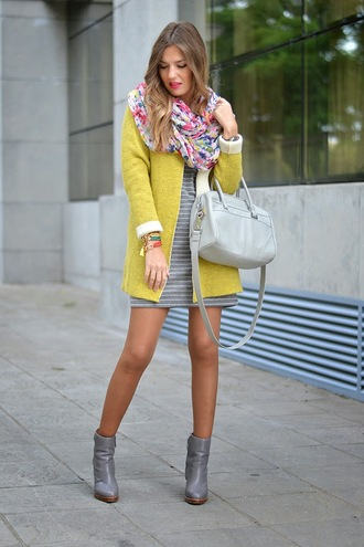 mi aventura con la moda blogger cardigan sunglasses bag scarf jewels floral striped dress grey boots