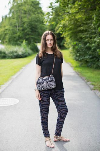 carolines mode blogger zebra printed pants chanel bag