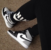 black leggings,nike leggings,grey sneakers,nike,nike sneakers,nike shoes,shoes,nike running shoes,nike free run,sneakers,air jordan,fashion
