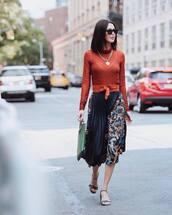 skirt,pleated skirt,midi skirt,printed skirt,mid heel sandals,jumper,handbag,sunglasses