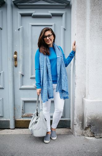 dariadaria blogger scarf blue sweater white jeans