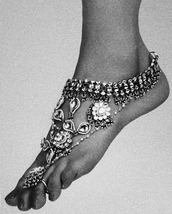 jewels,cool,vintage,footwear,charm,foot jewels,silver,toe ring,anklet,anklet jewels,anklet with toe ring