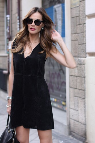 lady addict blogger dress black sunglasses black dress