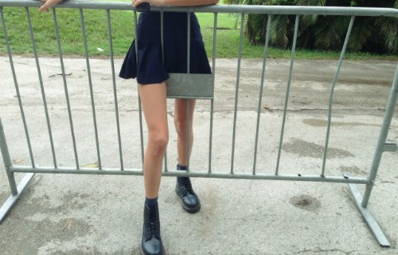 black shoes pale grey skirt black style total look black look black skirt skinny legs skinny atropina grass green concert pale grunge pleated skirt