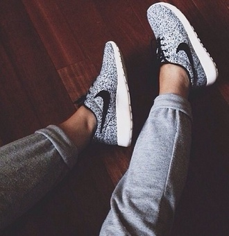 shoes shoes white grey nike pants nike black and white sporty running beautiful nike roshe run nike running shoes grey sweats roshe runs wu-tang clan rap track suit nike liberty roshe air max trainers vintage rare print floral nike rush run mens shoes sneakers run