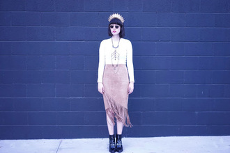 a fashion nerd blogger hipster fringes suede skirt head jewels necklace black boots fall outfits blush pink
