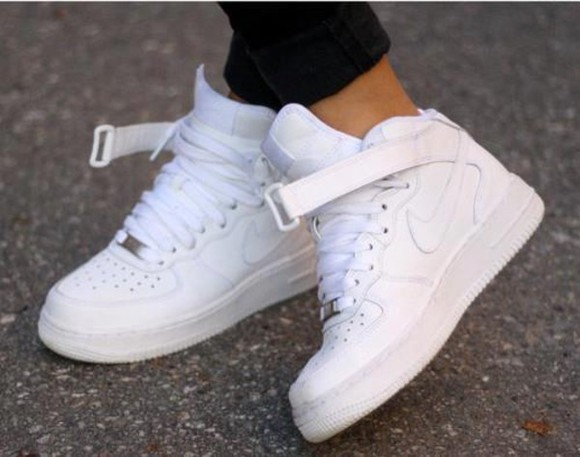 nike sneakers white shoes baskets white shoes basket shoes nike nike air force sneakers nice high top sneakers nikes cool