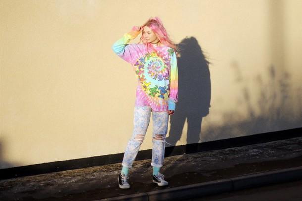 kayla hadlington blogger ripped kawaii tie dye top jeans