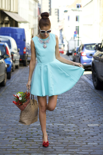 from brussels with love blogger aqua spring dress statement necklace red shoes quilted bag mango