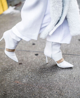 bag nyfw 2017 fashion week 2017 fashion week streetstyle white boots pointed boots high heels boots scarf fur scarf all white everything