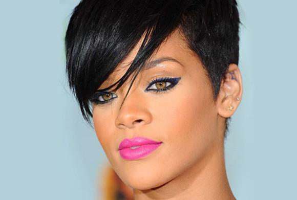 rihanna make-up lipstick pink eyeliner blue