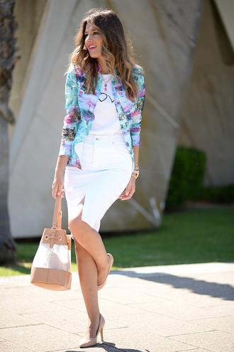 mi aventura con la moda blogger white skirt pencil skirt printed jacket white t-shirt bucket bag