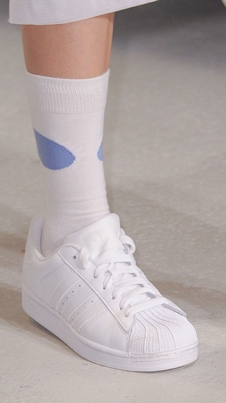 shoes white sporty 90s style pastel tennis shoes