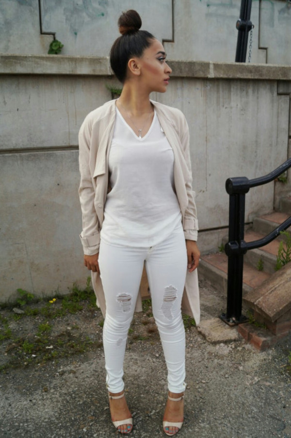 Luxury Simple Outfit Beige Blazer With Beige Sandals Black Blouse And