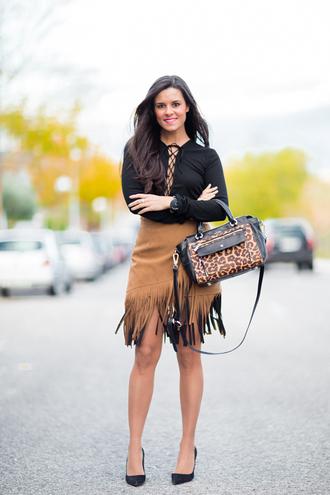 crimenes de la moda blogger fringe skirt animal print bag camel skirt lace up