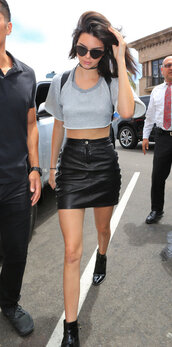 skirt,mini skirt,leather skirt,kendall jenner,kardashians,crop tops,model off-duty,sunglasses,choker necklace,ankle boots