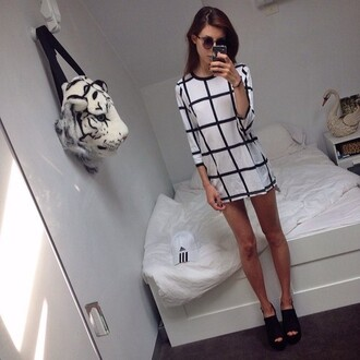 dress black white summer dress long sleeve dress animal bag shirt squares black and white short dress style stripes sunnies shoes heels checkered square pattern black and white dress white dress three-quarter sleeves grid tumblr outfit on point clothing grunge sunglasses top tunic dress shift dress classy long sleeves t-shirt dress