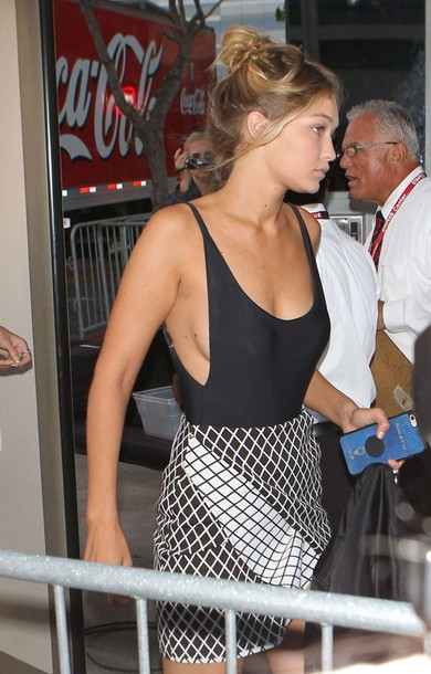 skirt top gigi hadid mini skirt summer outfits blouse grid checkered black and white skirt side boob model off-duty