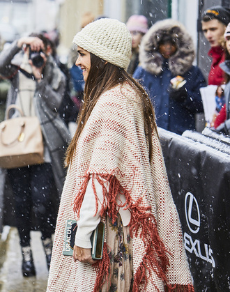 hat nyfw 2017 fashion week 2017 fashion week streetstyle beanie cape scarf blanket scarf sweater white sweater bag clutch