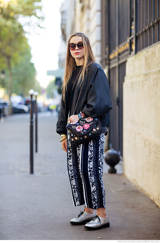 carolines mode blogger chain bag roses embroidered printed pants wide-leg pants