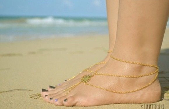 beach summer shoes sea tan surf gold jewels anklet gold anklet braclet chain coin charm gold charm jewllery feet nail polish