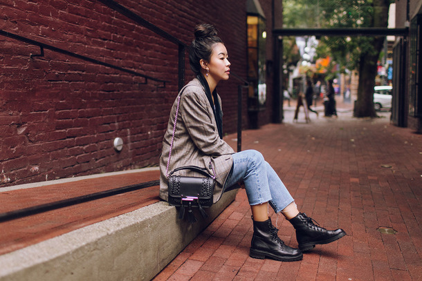 hey pretty thing blogger jacket t-shirt jeans shoes jewels bag make-up fall outfits boots shoulder bag