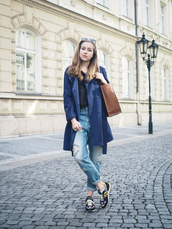 a cup of style,blogger,coat,t-shirt,jeans,shoes,sunglasses,bag