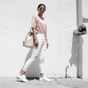 visa lom,1finedai,blogger,t-shirt,sunglasses,bag,le fashion,white ripped jeans,ripped jeans,pink t-shirt,bucket bag,shoulder bag,spring outfits,white sneakers,white sunglasses,pink top,white jeans,white bag