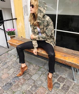 look de pernille blogger sunglasses camo jacket black jeans suede boots