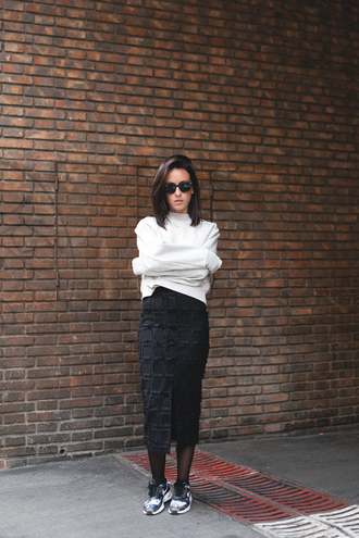 lucitisima blogger texture black skirt white sweater