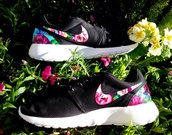 shoes,black,floral,roshes,nike roshe run,nike roche run floral,nike,flower roches nike,nike roshe black floral,floral nikes,white,run,rose,running shoes