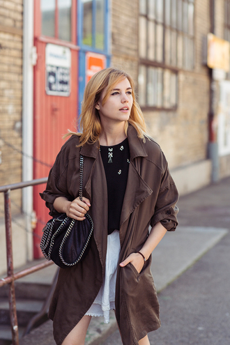 fashion gamble blogger black bag chain bag trench coat brown white skirt