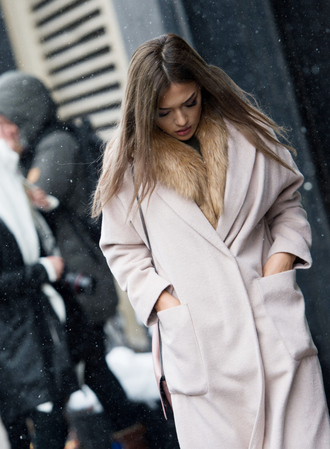 coat tumblr nyfw 2017 fashion week 2017 fashion week streetstyle pink coat scarf fur scarf