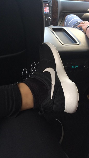 shoes black white tumble sneakers nike nike roshe run tumblr