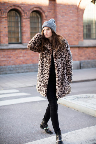 carolines mode blogger gloves scarf shoes coat hat animal print beanie ankle boots fur leopard print winter coat fur coat grey beanie black jeans boots chain flat boots