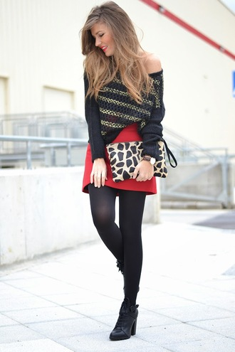 mi aventura con la moda blogger off the shoulder sweater red skirt pouch animal print black shoes