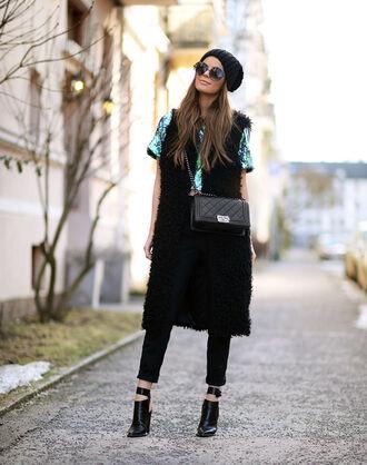 stylista blogger fluffy faux fur vest black pants black shoes