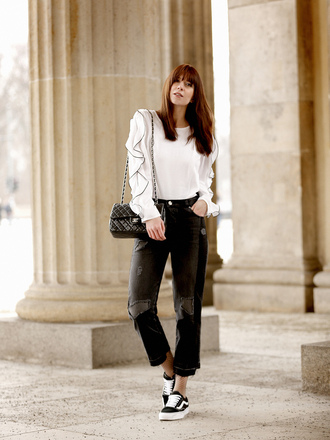 wie-hund-und-katze blogger jeans shoes bag jewels blouse white blouse chanel sneakers