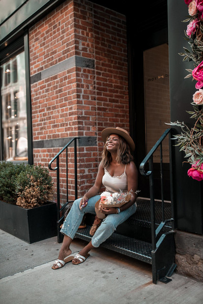 millennielle blogger jeans tank top