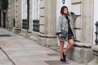 si las calles hablasen blogger dress coat shoes bag fall outfits flats grey coat black bag green dress