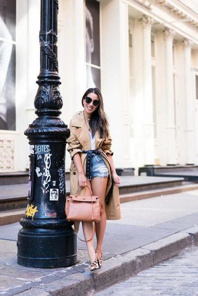 wendy's lookbook blogger coat t-shirt shorts shoes sunglasses jewels trench coat fall outfits denim shorts