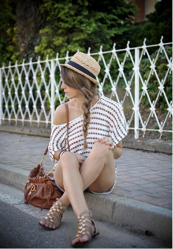 t-shirt summer sandals gold spot shoulder bag spot tshirt t-shirt road casual bag gold flat sandals Gold low heel sandals