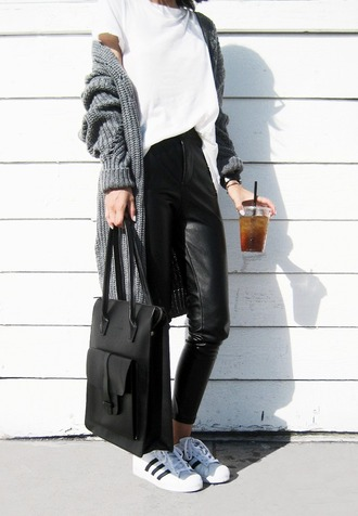 visa lom 1finedai blogger leather tote bag tote bag knitted cardigan long cardigan grey cardigan white t-shirt leather pants black leather pants minimalist fall outfits