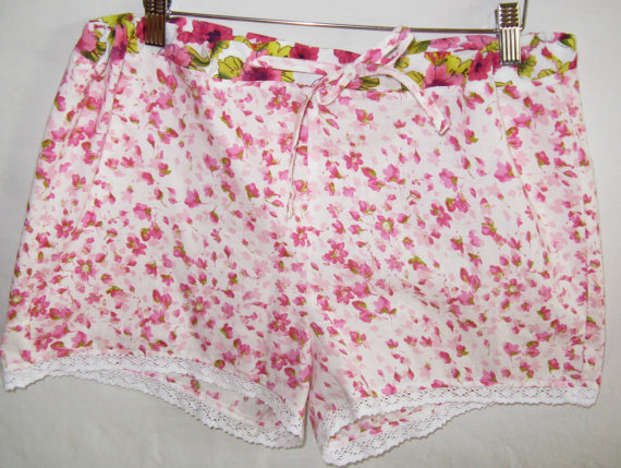 Romantic floral sleeping shorts.  Women's von SewnWithPassion