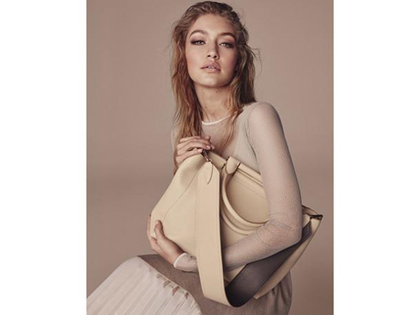 bag gigi hadid model celebrity hairstyles cream bag top white top pleated skirt skirt white skirt blonde hair