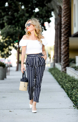 top thehuntercollector pants blogger jewels bag shoes pumps striped pants white top basket bag summer outfits